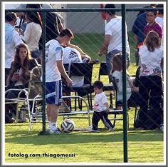Titi brincando com seu papi : Foto de quando Titi esteve na concentração da Argentina e se divertiu jogando bola com o papai. | thiagomessi