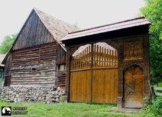 Egy csodaszép székelykapu egy Isten háta mögötti faluban, Atyhán  Fotó: Székely György Wooden Gates, Folk Music, Doorway, Hungary, Basin, Stairs, Symbols, Culture, Windows