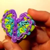 this is sooo cool Rainbow Loom Bands, Rainbow Loom Charms, Rainbow Loom Bracelets, Loom Band Patterns, Rainbow Loom Patterns, Loom Love, Fun Loom, Loom Board, Rubber Band Crafts