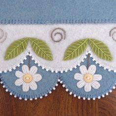 Daisy Garden : DesignAndBeMary.com Penny Rug Patterns, Wool Applique Patterns, Felt Applique, Felted Wool Crafts, Felt Crafts, Crafts To Make, Wool Quilts, Wool Fabric, Felt Flowers