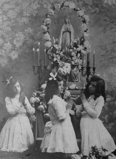 27 Fascinating Photos of Pre-Vatican II Catholicism Catholic Altar, Catholic Religion, Roman Catholic, Catholic Saints, Old Images, Vintage Images, Old Photos, Vintage Posters, Saint Yves