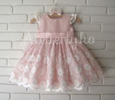 Renda indisponível Para um dia muito especial da Livia, a mamãe Tatiane, nos pediu este vestidinho para o tema jardim encantado!!! A ...