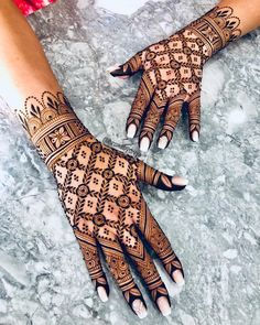 From simple, minimalist designs to intricate artworks, varying from orange tones to almost black, there is a henna design to match you for any occasion Indian Wedding Mehndi, Traditional Indian Wedding, Bridal Mehndi, Mehendi, Simple Arabic Mehndi Designs, Mehndi Designs For Fingers, Arabic Design, Henna Designs, Engagement Mehndi Designs