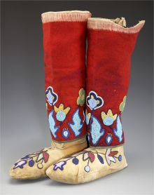 A PAIR OF NEZ PERCE BEADED HIDE MOCCASINS AND BEADED CLOTHLEGGINGS. c. 1910