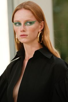 At Valentino, Guido Palau styled models' hair loose, tucked behind their ears with dramatic eye make up Valentino, Cat Eye Makeup, Hair Makeup, Glam Makeup, Makeup Geek, Beauty Makeup, Makeup Inspo, Makeup Inspiration, Makeup Trends