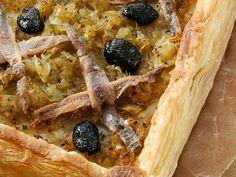 Pissaladiere Lassen Sie sich von diesem superleckeren Kuchen auf Ihren Südfrankreichurlaub einstimmen. Wenn Sie Sardellenfilets und schwarze Oliven mögen liegen Sie hier genau richtig. Die Pissaladière ist die Südfranzösische, speziell im Raum Nizza verbreitete, Variante des Zwiebelkuchens. http://einfach-schnell-gesund-kochen.de/pissaladiere/