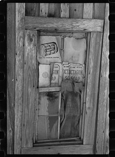 Window in a sharecropper's cabin, Walker County, Alabama. Taken by Arthur Rothstein in February 1937 Rare Photos, Vintage Photographs, Old Photos, Vintage Photos, Boarding Up Windows, Great Depression, Sweet Home Alabama, Local Attractions, Creative Pictures
