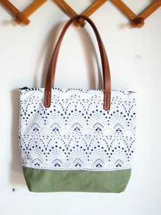 blue and white cotton lace stitching shoulder BAG Cute Diy Projects, Diy Sewing Projects, Diy Sac, Rainy Day Crafts, Diy Wallet, Diy Tote Bag, Diy Presents, Fabric Bags, Cute Bags