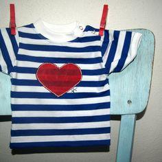 Námořnické+triko+se+srdcem+vel.+0-3+měsíce+Dětské+tričko+s+krátkýmrukávem+a+zapínáním+na+druky,+bavlna,+180+g/m2,+český+výrobek+-+příjemný+silnější+bavlněný+úplet,+95%+bavlna+++5+%+elastan+-+barva+bílo+-+modrá,+patentky+na+ramínku+až+do+vel.80+-+ručně+malovaný+motiv+srdíčka,+bílá+a+černá+kontura+Velikost:+62+(0-3+měsíce)+-+krásný+a+luxusní+dárek+v+...