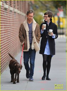 Anne Hathaway Adam Shulman from The Big Picture: Today's Hot Photos The newlyweds and their pup, Esmeralda, make for adorable Brooklyn hipsters. Anne Hathaway Pixie, Anne Hathaway Style, Hipsters, Brooklyn Hipster, Fashion Couple, Fashion Fashion, Runway Fashion, Fashion Trends, Geek Chic