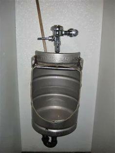Urinario elaborado a partir de un bidón de cerveza, muy apropiado.