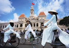 16、越南 越南物價雖低,但風景絕美。河內和胡志明市是越南風景最秀麗的兩座城市。在下龍灣欣賞海上勝景,感受濃郁的熱帶風情,吃一碗當地的肉湯牛肉麵,你絕對會覺得不虛此行。在越南,一天33000印尼盾(HKD 2.5元)就能過得很舒服。
