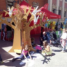 Cardboard tree at Recycling Day Party. A creative way of raising awareness about the environment. Designed by Cartonlab. #recycling #recyclingideas