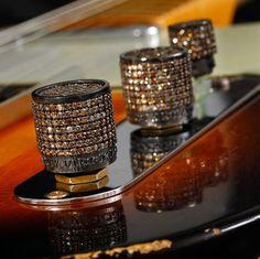 Afbeelding van http://www.rockroyaltycustomguitars.com/images/guitars/hardware/rock_royalty_jeweled_guitars_volume_knobs.jpg.