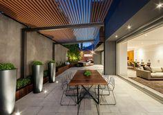 Moderne Terrassenüberdachung ideen-alu-tragwerk-holzlatten-dach-essbereich