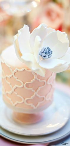 Along with wedding mini desserts trend, there's another one for individual cakes. Why worrying about one or two big cakes that would suit everyone when you can order a whole bunch. Big Cakes, Little Cakes, Fancy Cakes, Gorgeous Cakes, Pretty Cakes, Amazing Cakes, Individual Wedding Cakes, Individual Cakes, Cupcakes