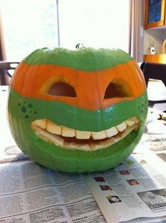 Halloween is going to be here soon and this is something that you must learn – to make your very own Jack O' Lantern! How can you ever have a Halloween without making such a carving? Humour Halloween, Diy Deco Halloween, Fröhliches Halloween, Holidays Halloween, Halloween Treats, Halloween Pumpkins, Halloween Decorations, Couple Halloween, Halloween Costumes