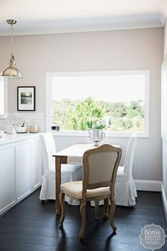 Weekend project: a fresh kitchen makeover White Table Settings, Rustic Farmhouse Table, Interior Styling, Interior Design, Traditional Dining Rooms, Dream Rooms, Cool Rooms, Shabby Chic Decor, Country Kitchen