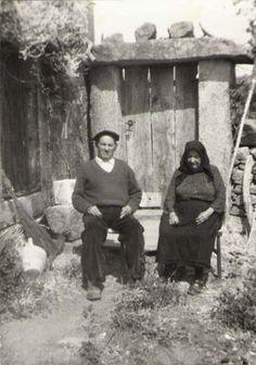 """""""Los abuelos de mi madre, José y María, posan en 1964 frente a su casa, construida por ellos mismos en Cozcurrita de Sayago (Zamora). Portugal, Old Folks, Vintage Italy, Mark Rothko, Beret, Vintage Photography, Old Pictures, Magnolia, Vintage Photos"""