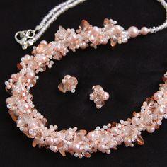 """""""Rosalie""""+-+souprava+Jemný+šitý+náhrdelník+střapatého+vzhledu+doplněný+drobnými+nepravidelnými+puzetkami+z+chirurgické+oceli.+Souprava+je+vyrobená+z+voskovaných+perliček,+skleněných+zlomků+a+rokajlu+Preciosa.+Je+vhodná+jako+svatební+doplněk,+do+společnosti+i+na+denní+nošení.+Barevná+kombinace:+světlounce+růžová,+lososová,+bílá,+čirá+Zapínání+-+karabinka..."""