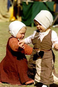 """Söta små barn i medeltidskläder! (""""Sweet young children in medieval clothes!"""") (c) Eva Gisslander"""
