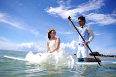 幸せ溢れるSUPフォト 青い空青い海に映える真っ白なウエディングドレスと素敵なお二人の笑顔 見ているスタッフまで幸せな気持ちでいっぱいになりました() お幸せに #シーナサーフ#ウエディング#フォトウエディング#沖縄#結婚#新婚#婚約#SUPウエディング#SUPフォト#ウエディングドレス#ウエディングフォト#海フォト#海ウエディング#快晴#青い空#綺麗な海#見つめ合う#幸せな2人#幸せ溢れてる#SUPから溢れてる#分けて欲しい#羨ましい#いつか私も#まずは相手探しから