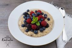 In der Früh tendiert unser Speiseplan zu Eintönigkeit. Es ist die Tageszeit, w… In the morning, our diet tends to be monotonous. It's the time of the day when the family likes to put up with it. And for a reason: porridge. Time Of Day, Waffles, Oatmeal, Food And Drink, Diet, Breakfast, Breakfast Snacks, Pancakes, Sweet Recipes