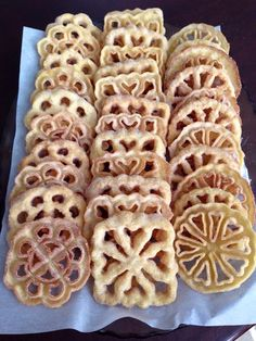 Rosettes, a traditional fried dough from Portugal that turns out to be the most sweet and crunchy desert with a hint of cinnamon and Port Wine.