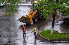 Непогода, дождь, ветер. Все попрятались, а эти работают. Удивительно, но они самоотверженно бросились убирать кучу мусора, пока её не смыло потоком.  .  #южныйурал #chelyabinsk #russia #челябинск #chel #Че #суровыйЧелябинск #ural #весна #дерево #фото #photo #россия #урал #тепло #лето #ураган