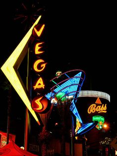 Vegas knows how to use Neon! Cool Neon Signs, Vintage Neon Signs, Vegas Lights, Neon Jungle, Neon Nights, Marquee Lights, Neon Rainbow, Neon Glow, Roadside Attractions