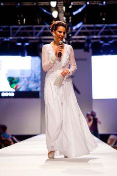 Silvia Jato, presentadora de la gala, vestida de Charo Ruiz Ibiza con el vestido 00323 y la chaqueta 00106 de la colección novias 2013