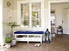 Fixa en vacker och välkomande hall. I hallen är det viktigt med bra förvaring. Välj möbler, krokar, korgar och eventuellt en spegel som passar din stil. Bänk från Mio.