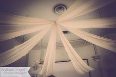 Hochzeitsfotograf aus Leidenschaft. Seine unverkennbare Bildsprache macht aus Hochzeitsfotos mehr als nur Erinnerungen Ceiling Lights, Curtains, Lighting, Home Decor, Passion, Memories, Creative, Photo Illustration, Homemade Home Decor