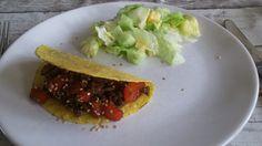 Taco met gehakt, paprika en een sesam saus daarnaast een salade.