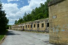 """Les guides de l'Association de sauvegarde du W2 (Wolfsschlucht II) vont vous expliquer l'incroyable histoire de la construction de ce QG de plus de 860 ouvrages en béton armé, dont 475 bunkers prévus pour accueillir Hitler et son état major.  Wolfsschlucht 2 (ou W2) est le nom de code du quartier général du Führer, """"ravin du loup 2"""". C'est l'un des vingt quartiers généraux du Führer (Führerhauptquartiere ou FHQ), qu'Adolf Hitler fait construire à travers l'Allema..."""