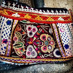 Nuestra colección de bolsos y necesers más hindú ya está aquí. #bags #vanitys #madeinindia #handbag #colors Belt, Accessories, Fashion, Totes, Style, Belts, Moda, Waist Belts, La Mode