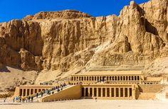 ¿Quieres descubrir los #secretos que esconde la #ciudad egipcia de #Lúxor? Adéntrate en la profundidad de Lúxor, edificada sobre las #ruinas de la antigua ciudad de Tebas, para conocer el milenario #arte y #cultura egipcia. #Vivesoy #Turismo #Viaje #Viajar #Disfrutar #MeCuido #Egipto #Pirámides