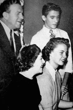 George Burns & Gracie Allen at home with their children, Sandra & Ronnie. Hollywood Party, Classic Hollywood, Old Hollywood, George Burns, Comedy Duos, Funny Guys, Old Time Radio, Old Tv Shows, Straight Guys