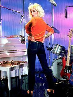 1980′s – Debbie Harry in high-waisted bootcut blue jeans. www.BattleShop.co