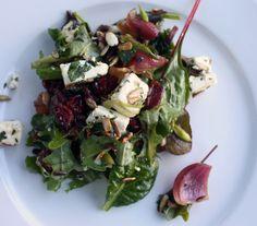 Lun salat med karamelliserede rødløg, feta og tranebær