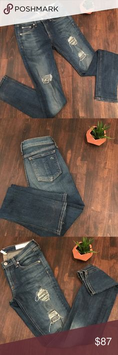 Rag & Bone jeans Awesome Stretch skinny jeans in meant condition. No visible signs of wear. Color silver bulle rag & bone Jeans Skinny