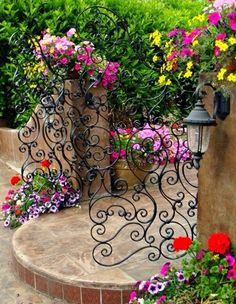 100 Gartengestaltung Bilder und inspiriеrende Ideen für Ihren Garten - gartengestaltung tor schmiedeeisen bunte pflanzen