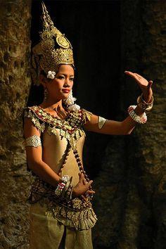 Cambodian dancing beauty ♥ Wonderful! www.thewonderfulworldofdance.com #ballet #dance