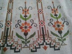 This post was discovered by Aysun Goral. Discover (and save!) your own Posts on Unirazi. Embroidery Patterns Free, Cross Stitch Embroidery, Hand Embroidery, Cross Stitch Cushion, Palestinian Embroidery, Bargello, Needlework, Diy And Crafts, Crochet