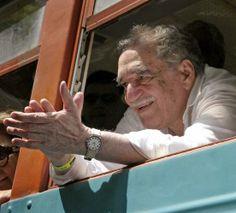 Gabriel García Márquez gesticula a su llegada en un tren a Aracataca, Colombia, el miércoles 30 de mayo de 2007, en su primera visitaa su ciudad nataldesde que ganó elPremio Nobel deLiteraturaen 1983.