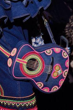 Le sac guitare du défilé Manish Arora