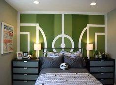 On aime! Pour les décorateurs motivés : une magnifique murale à peindre soi-même à l'aide de vert et de blanc... tout simplement! Un peu de ruban à masquer, beaucoup de patience, et le tour est joué! Un must dans la chambre de votre petit joueur de SOCCER