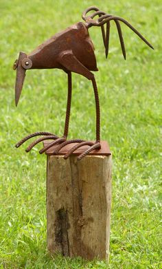 Chris Kircher welded this scrap metal bird sculpture for inside and outside. See her unique rustic g Junk Metal Art, Recycled Metal Art, Metal Yard Art, Scrap Metal Art, Junk Art, Metal Artwork, Recycled Yard Art, Welding Art Projects, Metal Art Projects