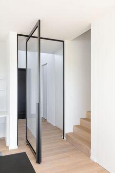Modern glass pivoting doors made-to-measure with innovative hinges Interior Door Styles, Door Design, Studio Furniture Plans, Pivot Doors, Glass Shower Doors, Doors Interior, House Interior, Stairs Design, Glass Bathroom Door