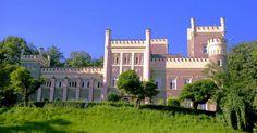 Pałac w Świebodzicach wybudowany w XIX w. w stylu renesansu angielskiego przez Hugo von Kramsta dla rodziny Seidlów. Obecnie Siostry de Notre Dame prowadzą w pałacu Dom Pomocy Społecznej.